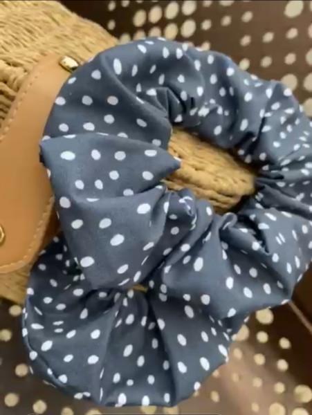 Blauer Scrunchie mit weißen Punkten